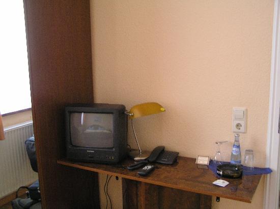 Hotel Stadt Bremen: TV and desk