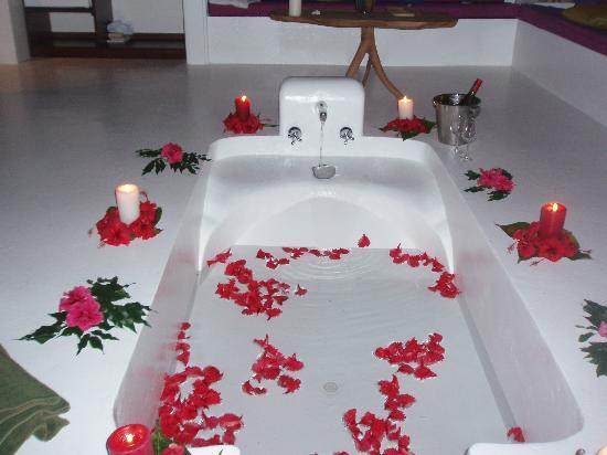 Navutu Stars Fiji Hotel & Resort: The bath..wow!