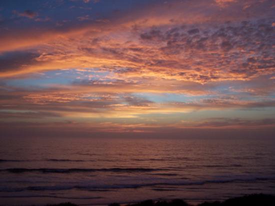 Wave Crest Resort: Wonderful changing sky colors after sunset