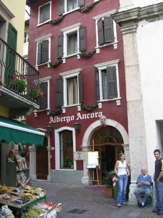 Albergo Ristorante Ancora: Hotel exterior from Via Montanara