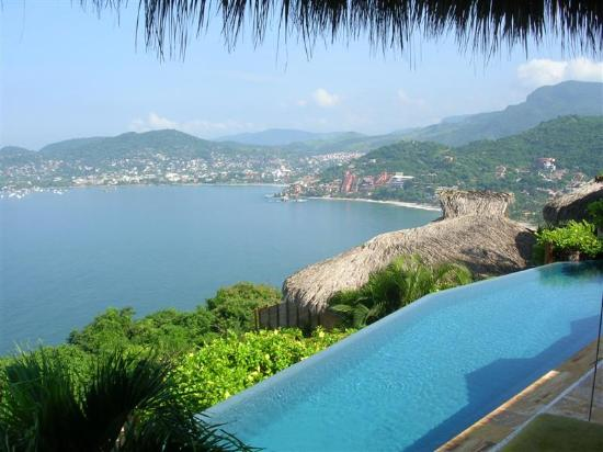 Amuleto : View overlooking the infinity pool