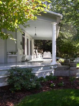 Beechwood Manor Inn & Cottage: Wonderful Front Porch!