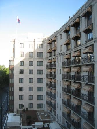 The Dorchester: Dorchester Suite - Vue vers la façade de l'hôtel côté Hyde Park