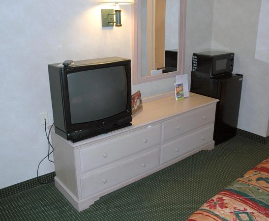Ramada Glendale: TV/Dresser