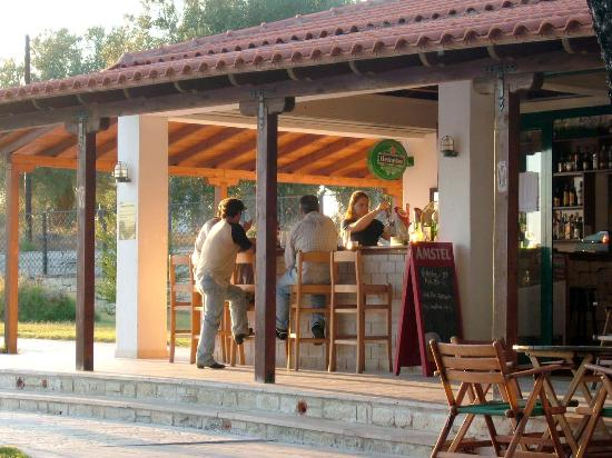 Nostos Hotel: Poolside bar at Nostos