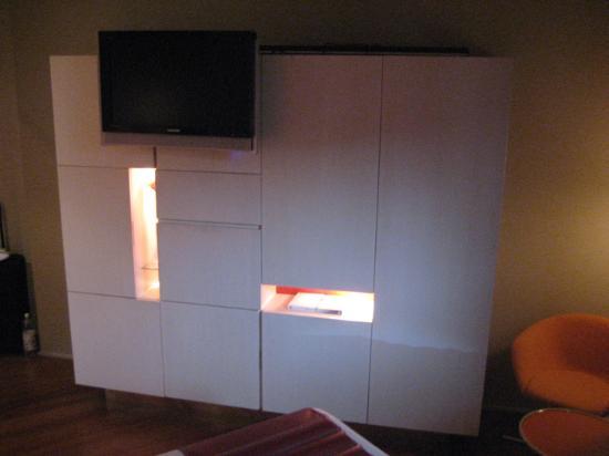 Hotel Cram: Wardrobe Storage Unit (closed)