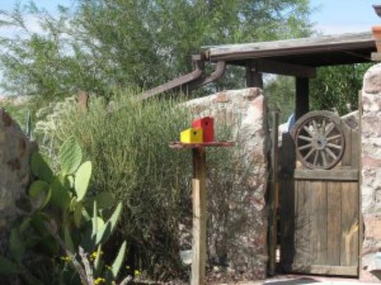 Casa de Suenos Country Inn: Patio detail