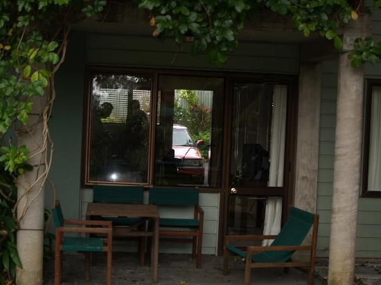 Emerald Inn: Eating area and patio doors to pool area