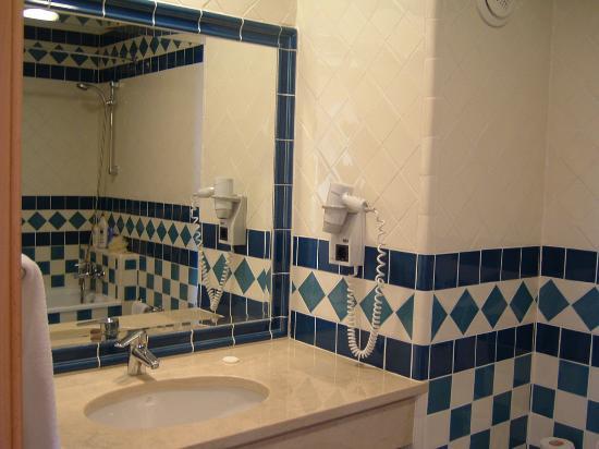 Alto da Colina Aparthotel: beautiful tiles, bidet, tub and shower