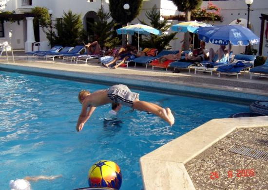 Mimosa Apartments : diving into pool!