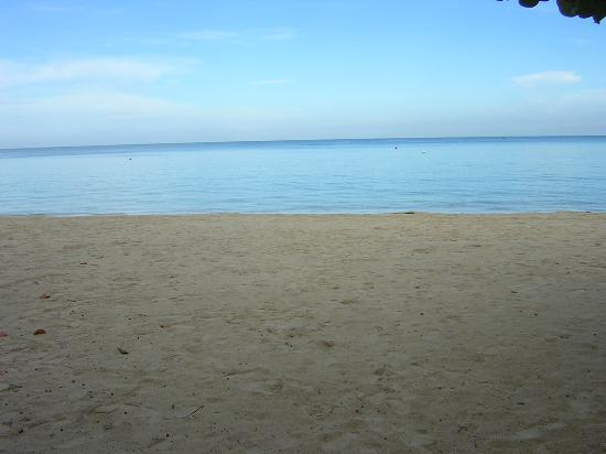 Hidden Paradise Resort Hotel: beach at 6:30 am