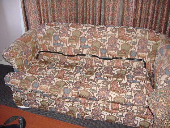 Alpha Inn & Suites: The broken sofa bed