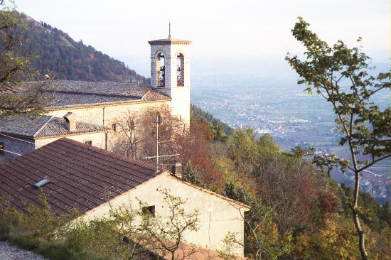 Grottaa dell'Angelo: Gubbio, Convento di Saint' Ubaldo on Mt. Ingino