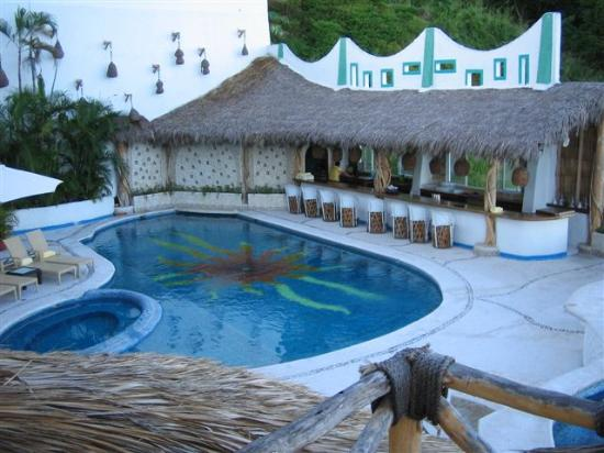 Hotel Playa Fiesta: Pool with bar and candle wall