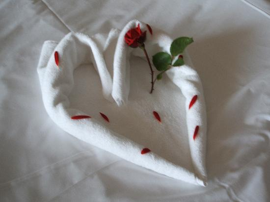 Barut Lara: Bedroom decoration with towels