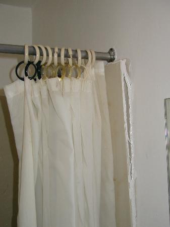 Budget Inn : Peeling Shower Enclosure