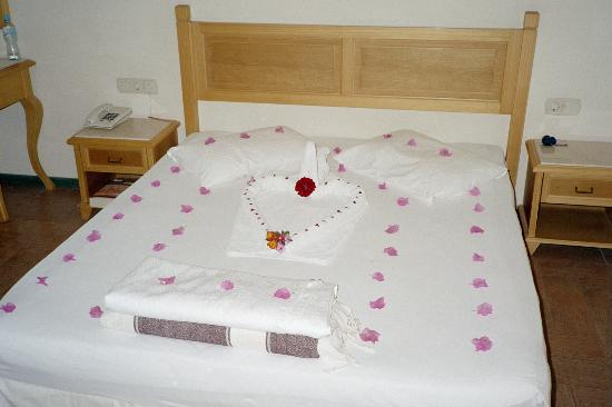 Hotel Zeytinada: Valentine bed decor