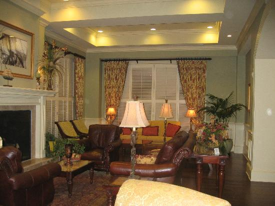 Hampton Inn & Suites Savannah Historic District: The sitting-room just off the lobby