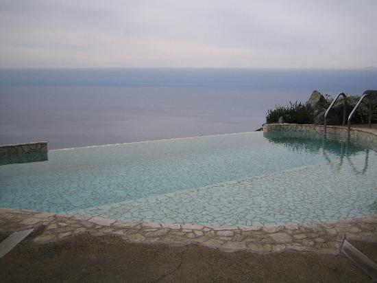 Post Ranch Inn: basking pool next to Sierra mar