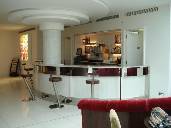 NH London Kensington: entrance/ bar