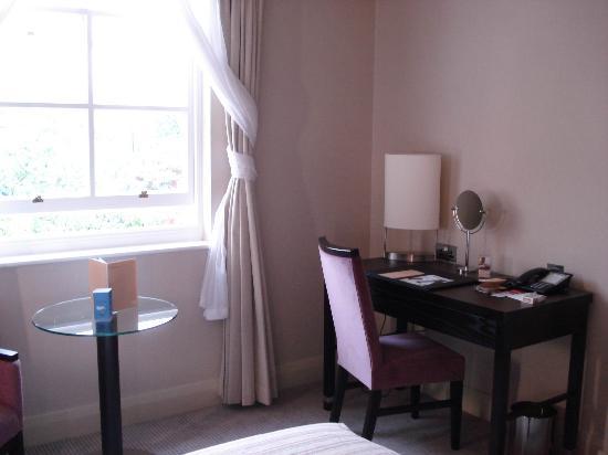 NH London Kensington: standard double room - desk area