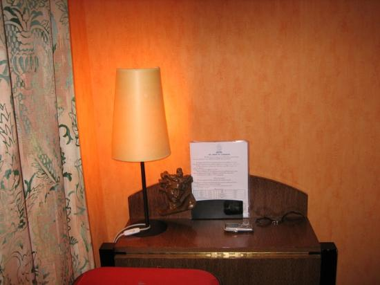 Hotel les Jardins du Luxembourg : The writing desk