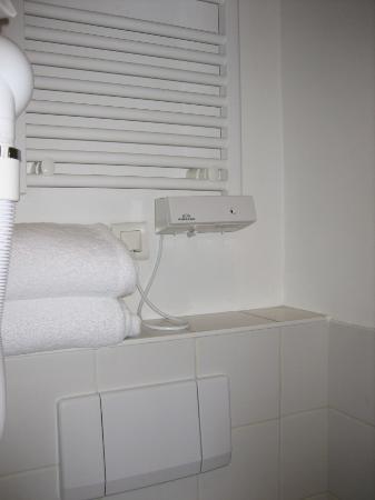 โรงแรมเลสจาร์แดงส์ดูลักเซมเบิร์ก: The towel warmer/ dryer