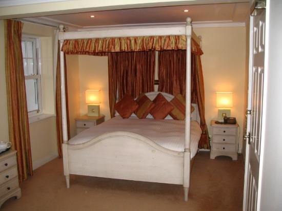 Blue Hayes Hotel: 4 poster bed
