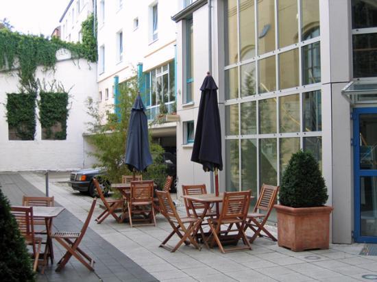 Schlafgut : Hotel yard and entrance