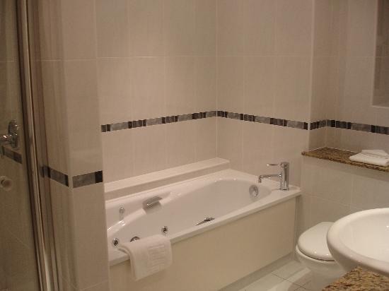 Castlewood House: Bathroom en suite