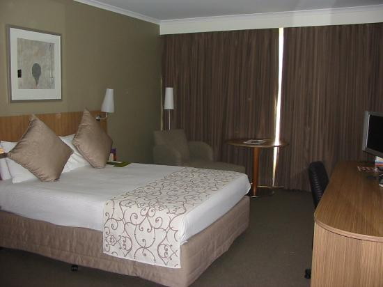 Mercure Sydney Parramatta: Queen sized bed