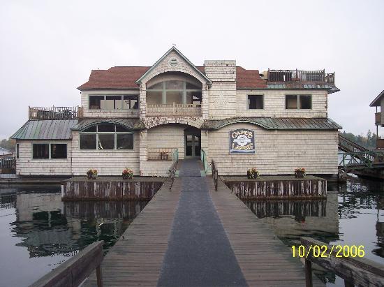 Capt. Thomson's Resort : Floating Restaurant