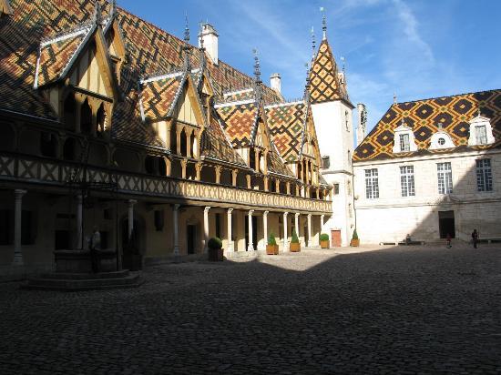 Beaune, فرنسا: Courtyard of Musee de l'Hotel Dieu