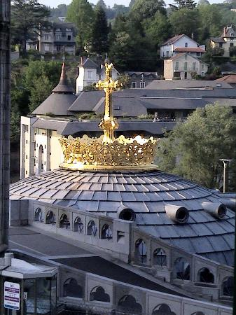 Lourdes, França: Gold crown on lower church