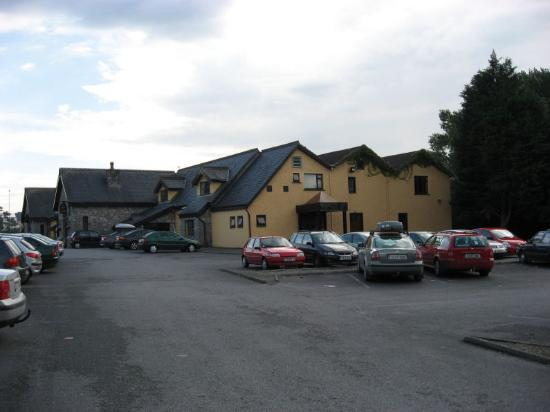 Auburn Lodge Hotel & Leisure Centre: Hotel and parking lot from the side