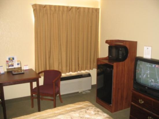 Quality Inn: Microwave/fridge and TV