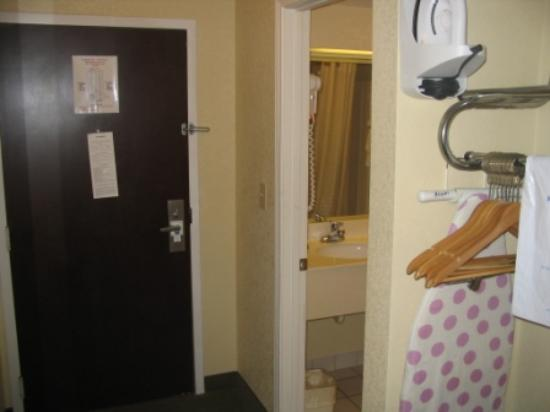 Quality Inn : Entrance with clothes hanging area