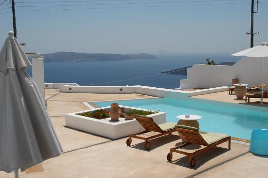 Aria Suites: Pool overlooking the Caldera 2