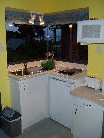 Bay Cabinz Motel: The bright, clean kitchenette