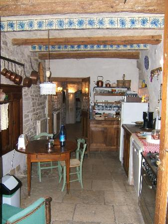 Bed and Art : View of the kitchen from the courtyard