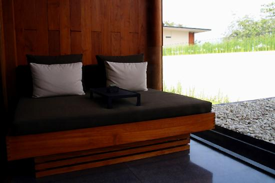 Anantara Chiang Mai Resort: large day bed at the balcony