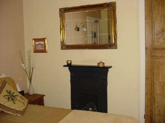 Bowen House : Fireplace
