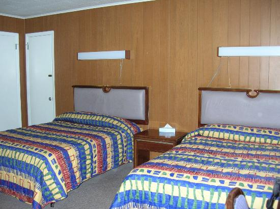 Golden Manor Motel: Two double beds