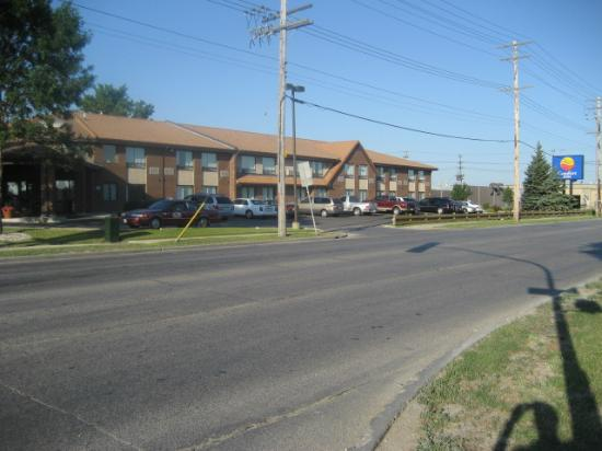 Comfort Inn Winnipeg Airport: View of hotel from other side of the road