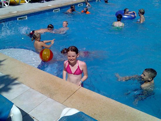 Ola Hotel Maioris: Aimielou age 12 in the smaller pool