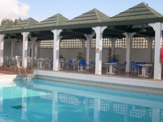 Dar Zakarya: diner au bord de la piscine le soir