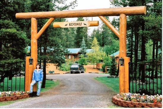 Silverwolf Log Chalet Resort: Silverwolf Entrance