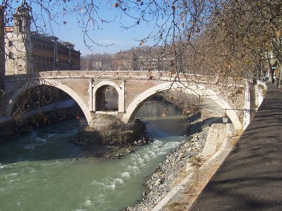 Roma, Italia: ancient bridge over the Tiber