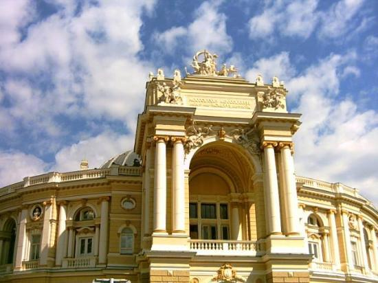 Odesa, Ucrania: This is the Opera in Odessa. Recently renovated it has now become the pride of the city.