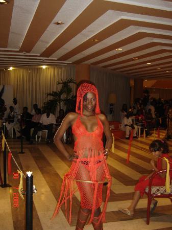 Radisson Blu Okoume Palace Hotel : Modenschau in der Loby